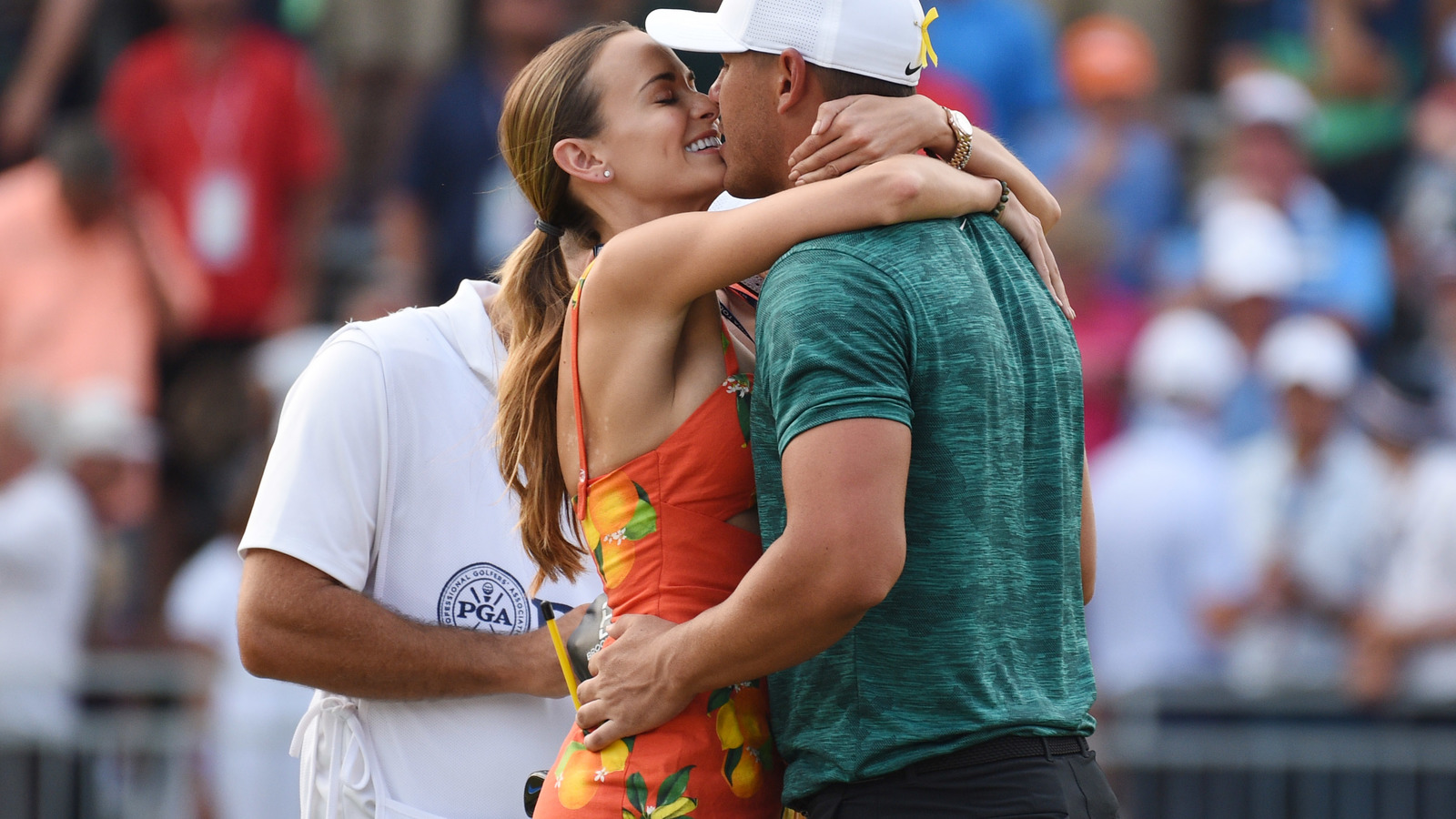 brooks koepka u0026 39 s girlfriend really loves tiger woods  hug